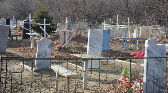 Тело 43-летнего мужчины нашли на кладбище в Верхнем Мамоне