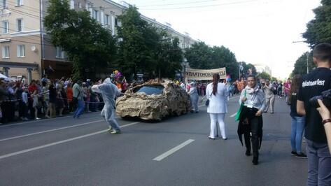 Взгляд из соцсетей. Парад уличных театров в Воронеже