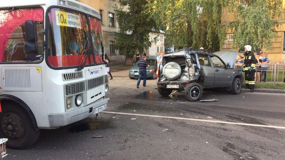 В Воронеже при столкновении «ПАЗа» и Chevrolet Niva пострадали 4 человека