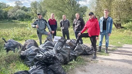В Борисоглебске молодежь собрала 90 мешков мусора на берегу реки Ворона