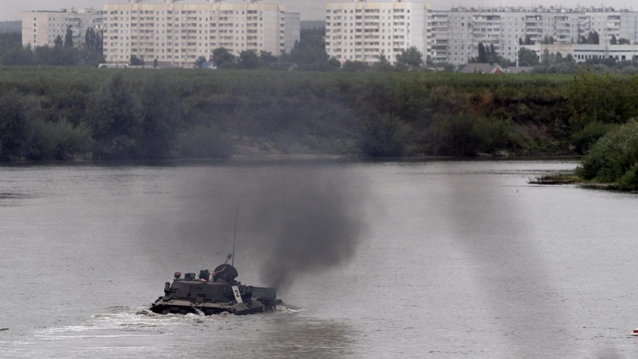 Фото РИА «Воронеж». Переброска бронетехники через реку