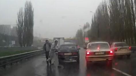 Драка воронежских водителей на дороге попала на видео