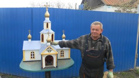 Ольховатский автослесарь смастерил метровый храм с куполами