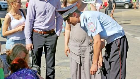 В Воронеже инспектор ДПС помог упавшей в обморок пенсионерке