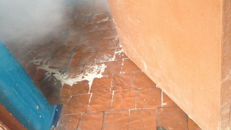 Кипяток из лопнувшей батареи затопил этаж дома в Воронеже