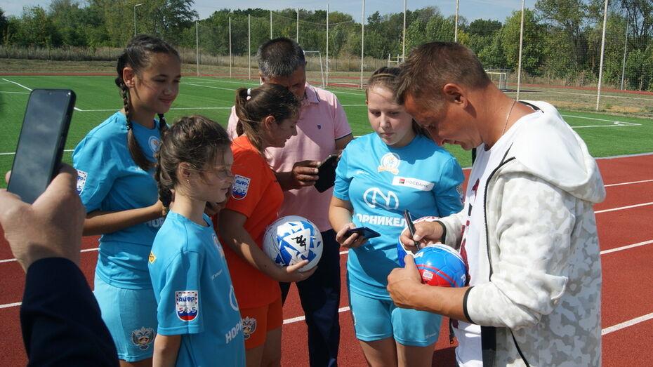 Воробьевских футболисток поздравили с успехами знаменитые спортсмены
