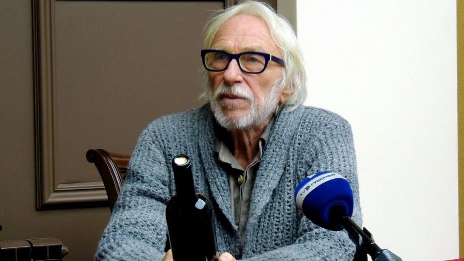 Актеру Пьеру Ришару в Воронеже подарили бутылку домашнего вина