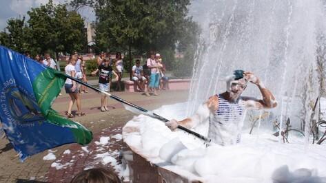 Богучарские десантники искупались в фонтане с пеной для ванны