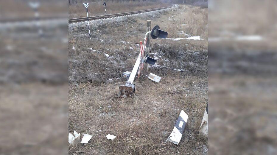 Панинец на незарегистрированном ВАЗе и без прав сбил светофор на железнодорожном переезде