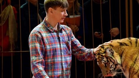 «Хищник не простит слабака». В Воронеже выступил первый в мире дрессировщик на протезах
