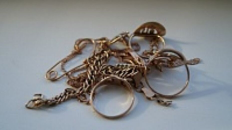 У жительницы Верхнемамонского района две женщины украли золотые украшения на 27 тысяч рублей