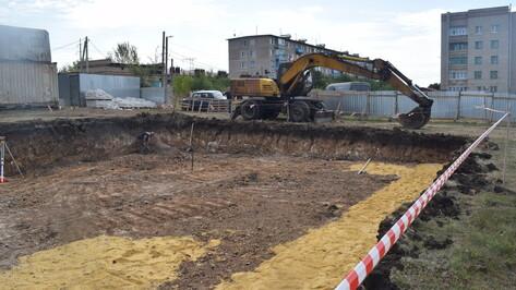 В поселке Подгоренский начали строительство 3-этажного дома для семей из аварийного жилья