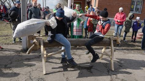 В воронежском хуторе на Масленицу прошли конкурсы на лучший «подкат» и самые длинные волосы