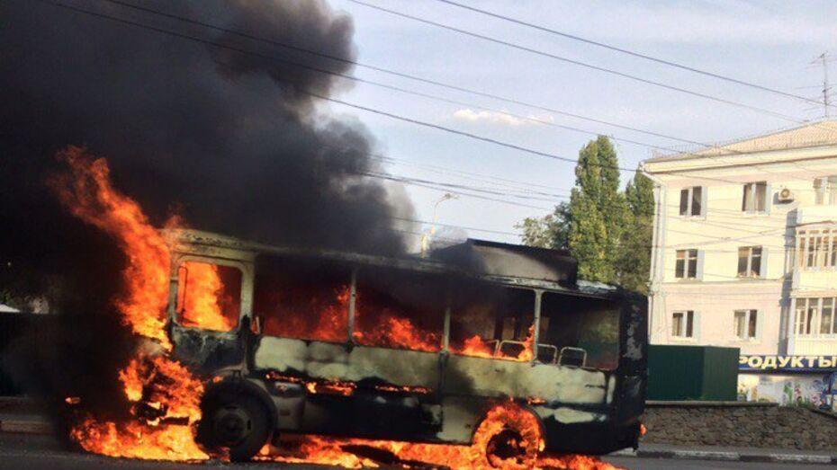 Пассажирский автобус сгорел в центре Воронежа