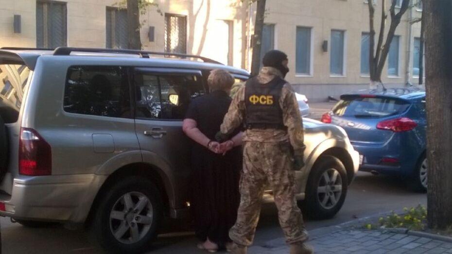 Жительница Воронежа положила в машину сотрудника ФСБ 150 тыс рублей