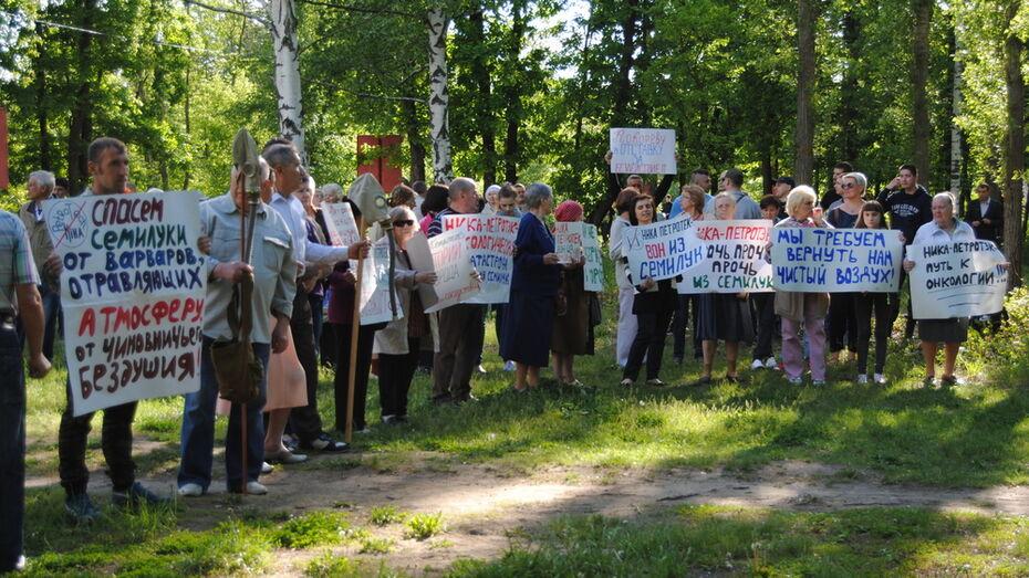 Жители Семилук провели митинг против работы огнеупорного завода