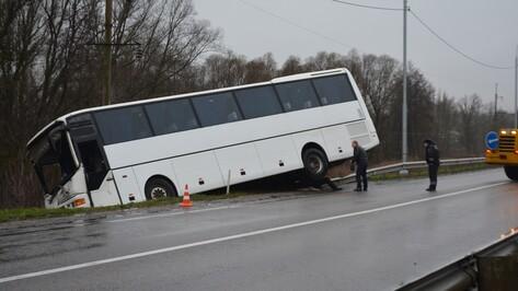 В Нижнедевицком районе автобус вылетел в кювет на трассе Воронеж – Курск – Борисоглебск