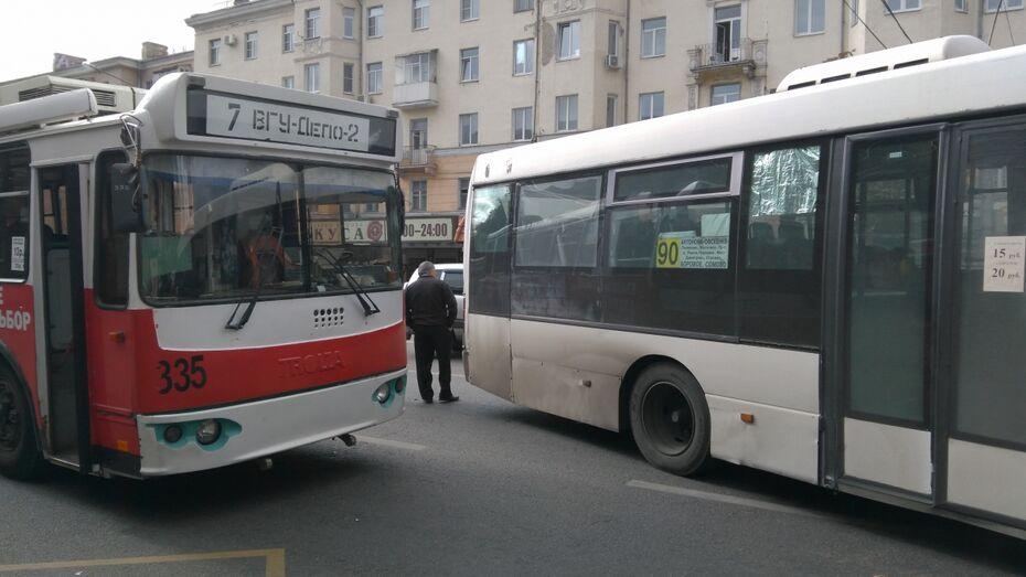Центр Воронежа встал в пробках из-за ДТП с пассажирским автобусом