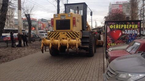 В Воронеже грейдер заблокировал вход в магазин фейерверков