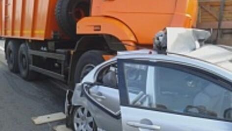 В Воронежской области на трассе М-4 «Дон» грузовик столкнулся с легковушками