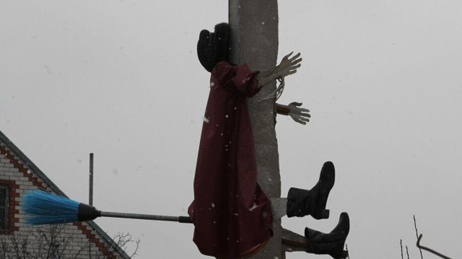 В Новохоперском районе в столб линии электропередач врезалась летящая на метле Баба Яга