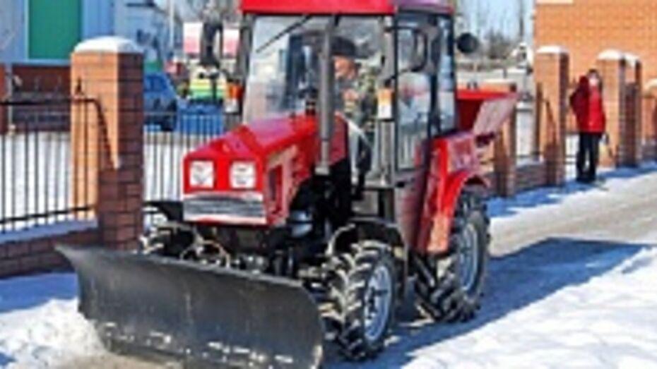 Бутурлиновские коммунальщики получили трактор для тротуароуборочных работ