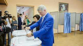 Глава Воронежской области проголосовал на выборах губернатора одним из первых
