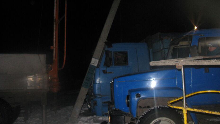 В селе Народном Терновского района КАМАЗ врезался в столб