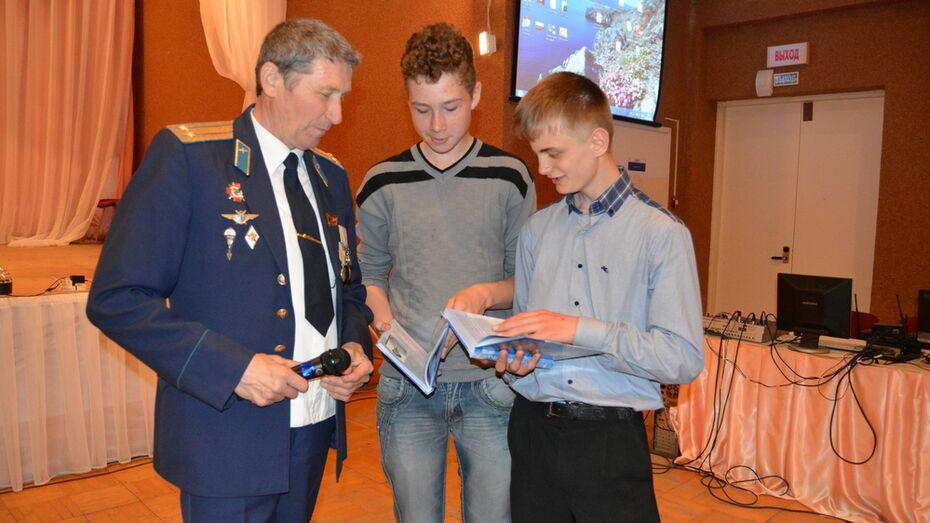 Богучарец презентовал книгу очерков о военных летчиках