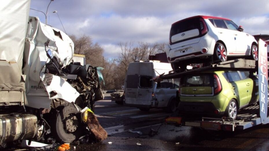 Под Воронежем фура врезалась в автовоз с иномарками