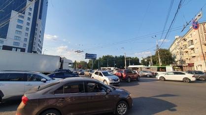 Отключенный светофор стал причиной пробки в центре Воронежа