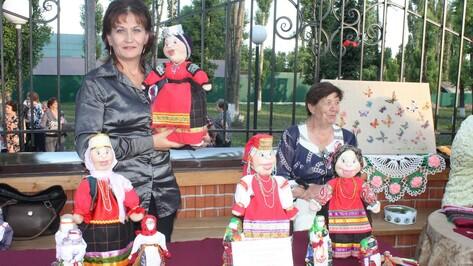 В Хохольском музее «Мастера» открылась выставка сделанных из чулок кукол