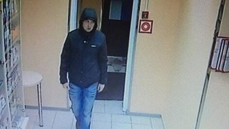 В Воронеже полицейские попросили помощи в розыске грабителя аптеки