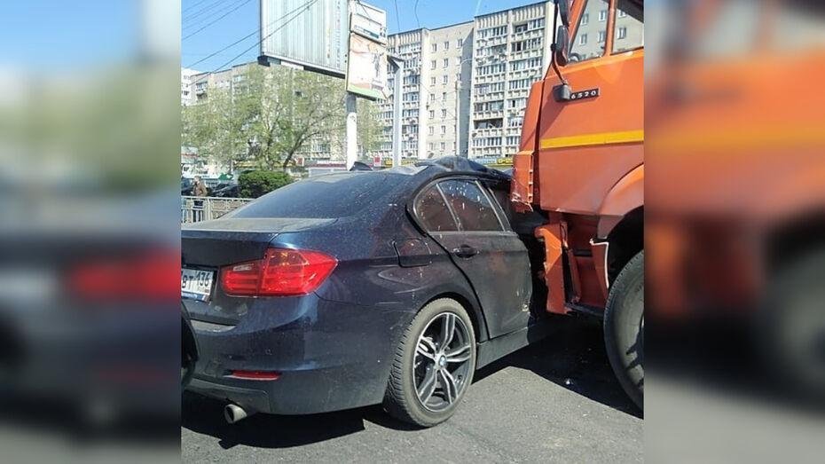 Авария с BMW и КамАЗом спровоцировала пробку на левом берегу Воронежа