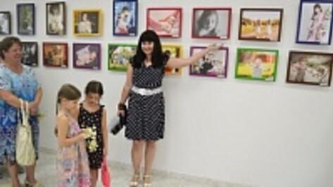 В Лискинском Соборе Владимирской иконы Божьей матери открылась выставка семейной фотографии