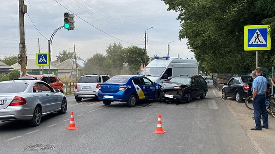 Две пассажирки такси пострадали в ДТП в Воронеже