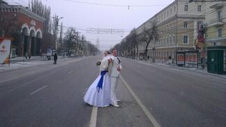 Из-за эстафеты олимпийского огня в Воронеже жениху с невестой пришлось идти во Дворец бракосочетаний пешком