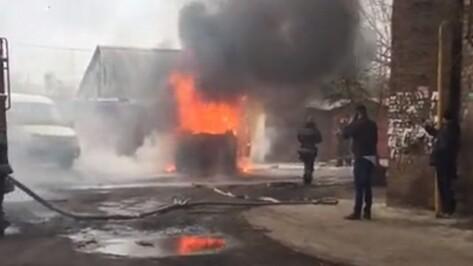 Воронежцы сняли на видео горящую иномарку на улице Волгоградской