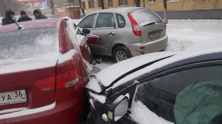 В Воронеже пассажирка Kia пострадала в ДТП с участием 5 автомобилей