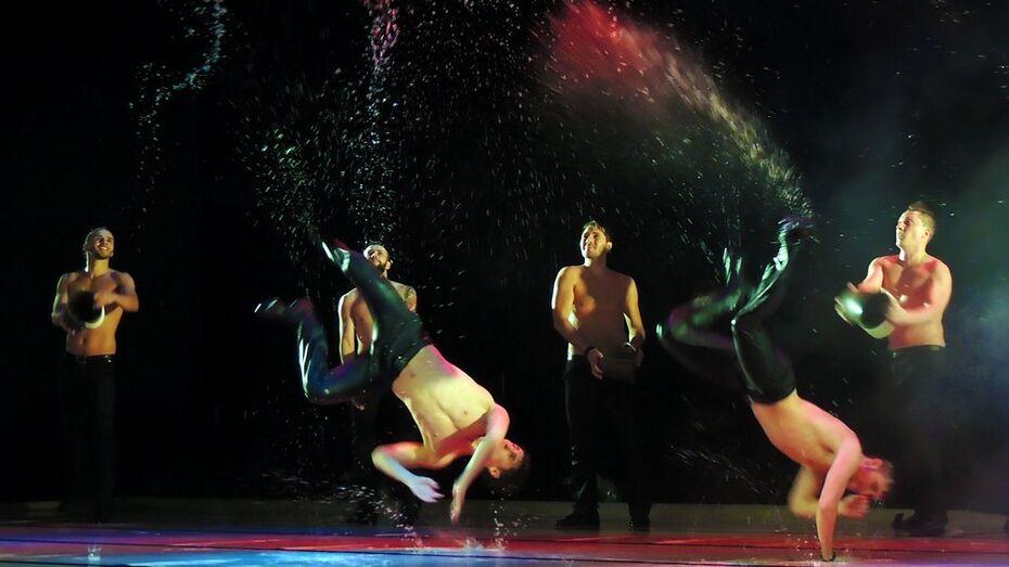 Танцоры театра «Искушение» вылили 200 литров воды на воронежскую сцену