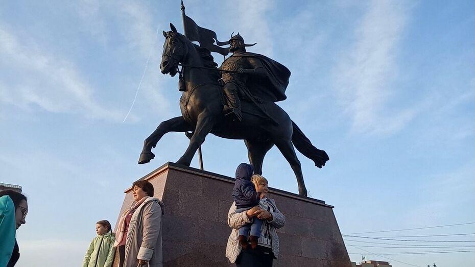 В Новой Усмани установили памятник основателю села Борису Собакину