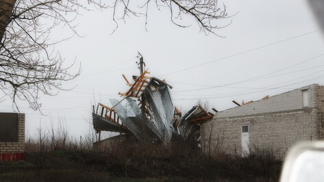 В Острогожске ураганный ветер сорвал крышу с нежилого дома