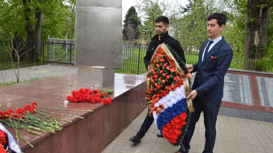 Члены Нацпалаты при губернаторе возложили цветы к братским могилам Воронежа