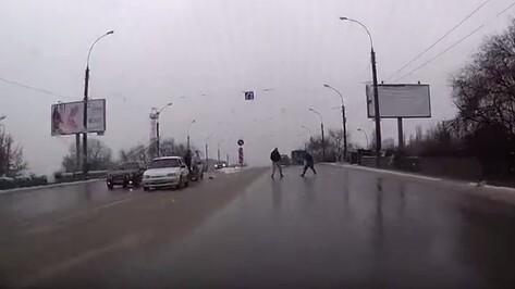 В сети появилось видео драки воронежских водителей на дороге