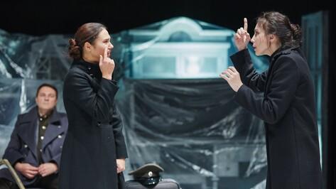 Новосибирский театр привез в Воронеж «Трех сестер» на языке глухонемых