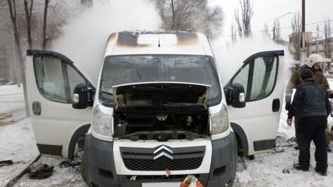 В Железнодорожном районе Воронежа загорелся микроавтобус
