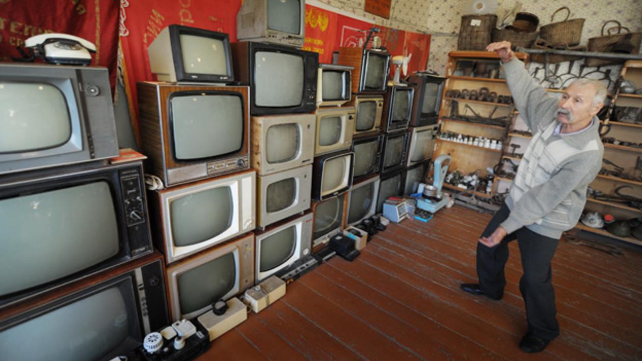 Руководитель богучарского поискового отряда «Память»  64-летний Николай Новиков собрал громадную коллекцию телевизоров и патефонов