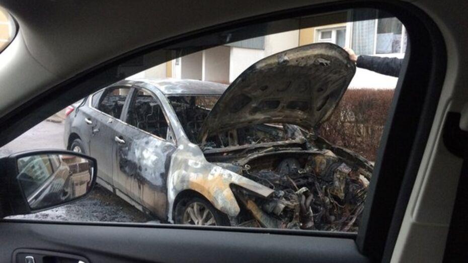 В Воронеже второй раз за неделю сгорела иномарка