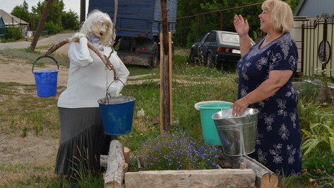 Жители богучарского села украсили улицу ростовыми куклами