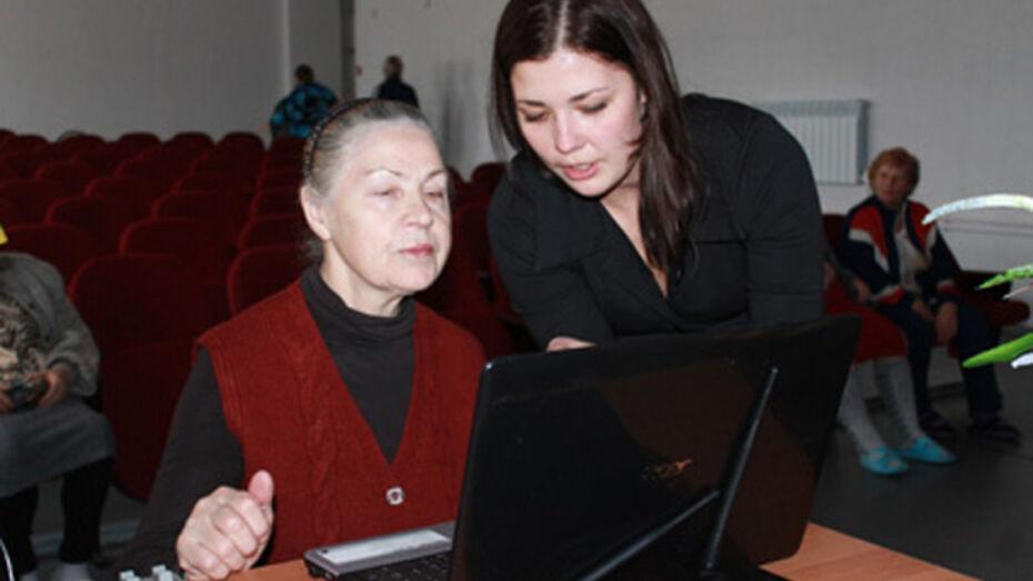 Павловские школьники учат пенсионеров общаться через интернет